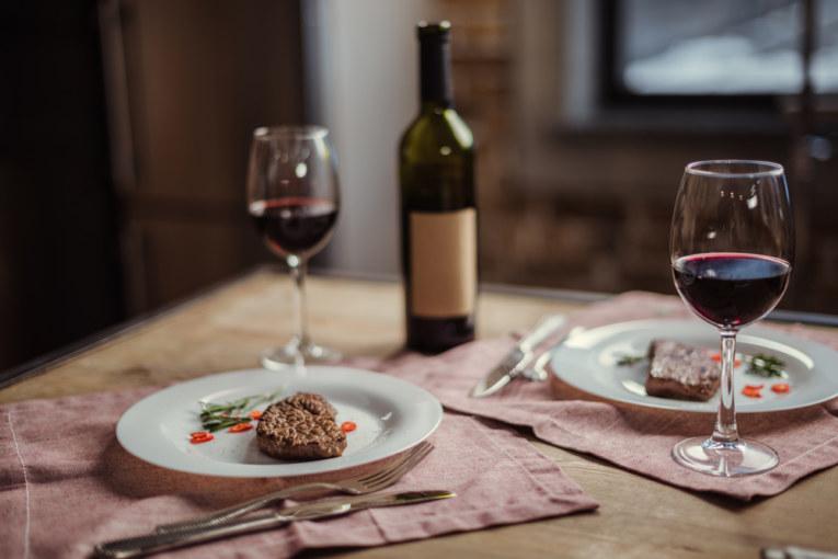 Steak und eine Flasche Wein